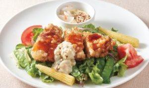 黒酢ソースと自家製タルタルであじわう、若鶏竜田のサラダ仕立て