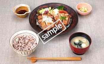四元豚の醤油麹漬けともろみチキンの炭火焼き定食 20円引き